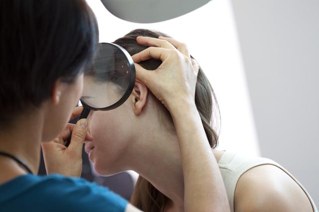 Свербить шкіра голови - 21 можлива причина і фото
