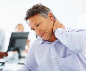 Хрумтить, клацає шия при поворотах голови і нахилах