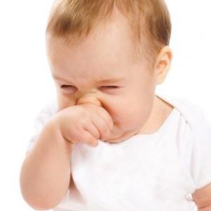 Як лікувати нежить у немовляти: причини нежиті, огляд 8 кращих препаратів і народних засобів від педіатра