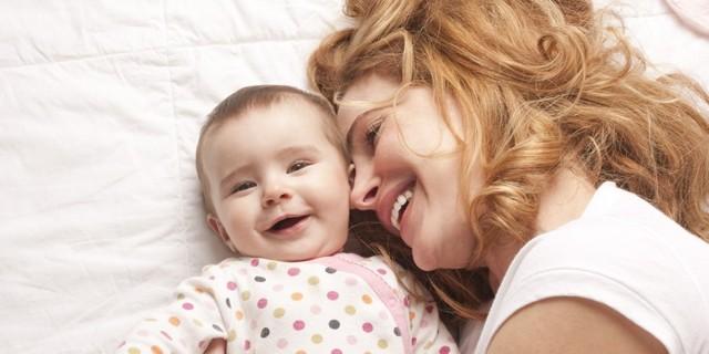 Коли дитина починає тримати голову: развтия в 4 етапи, 5 вправ по зміцненню м'язів