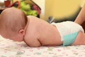 Коли дитина починає перевертатися: 4 поради лікаря, запобіжні заходи