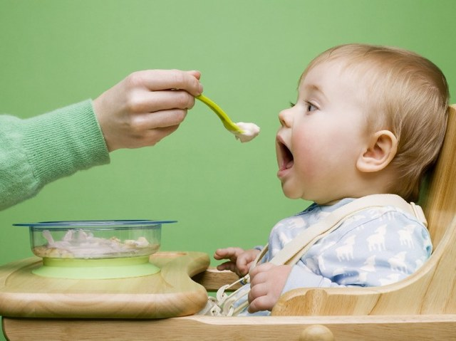Чим годувати дитину при проносі: 4 групи заборонених продуктів і поради педіатра