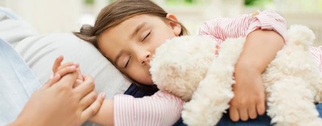 Чому дитина скрипить зубами уві сні: причини, чи потрібно лікувати, думка Комаровського