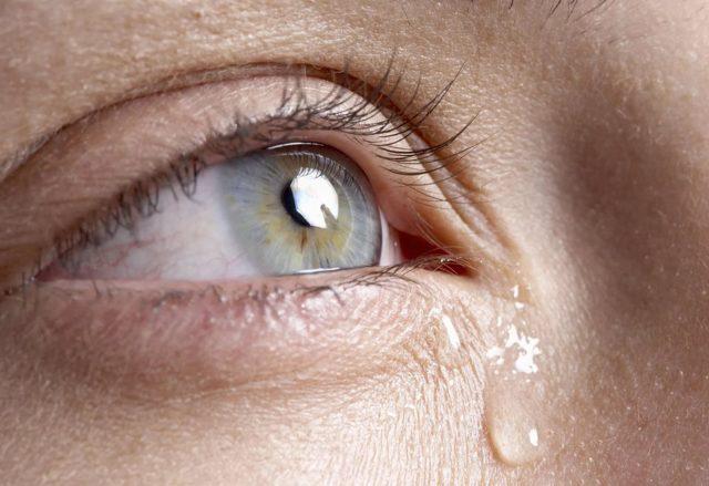 Чому сльозяться очі: причини зовнішні і внутрішні